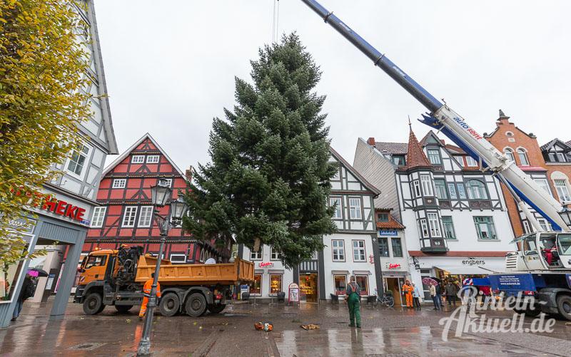 04-rintelnaktuell-tannenbaum-weihnachtsbaum-adventszauber-marktplatz-kran-2016-fest-schmuecken-lichterglanz