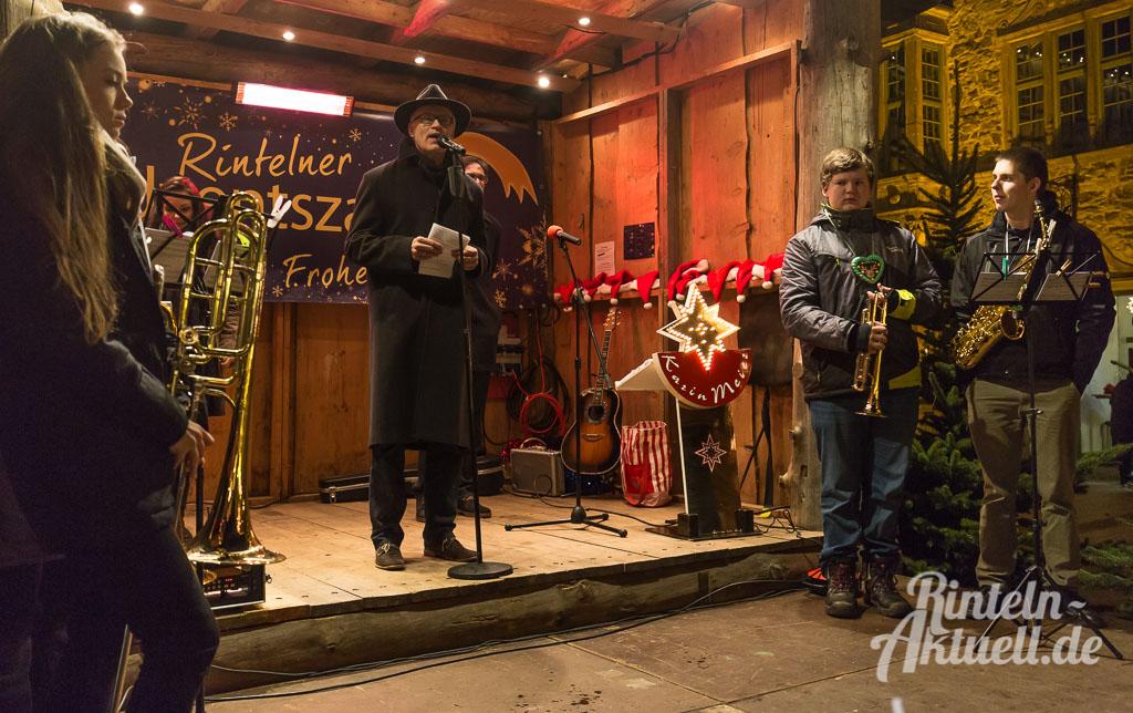 05-rintelnaktuell-adventszauber-weihnachtsmarkt-2016-eroeffnung-budendorf-huetten-gluehwein-innenstadt-marktplatz
