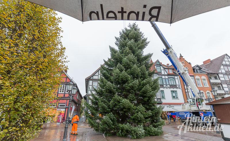 07-rintelnaktuell-tannenbaum-weihnachtsbaum-adventszauber-marktplatz-kran-2016-fest-schmuecken-lichterglanz