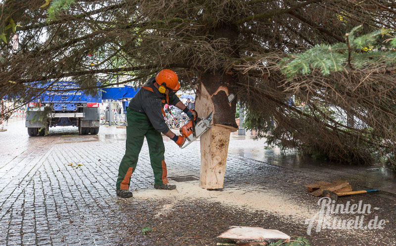 08-rintelnaktuell-tannenbaum-weihnachtsbaum-adventszauber-marktplatz-kran-2016-fest-schmuecken-lichterglanz