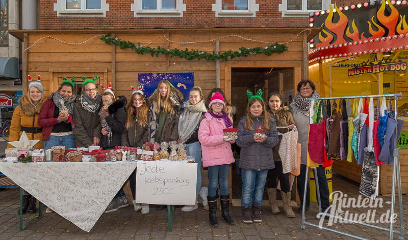 01-rintelnaktuell-hildburgschule-weihnachtsprojekt-adventszauber-mehrgenerationenhaeuschen-kekse-luciabroetchen