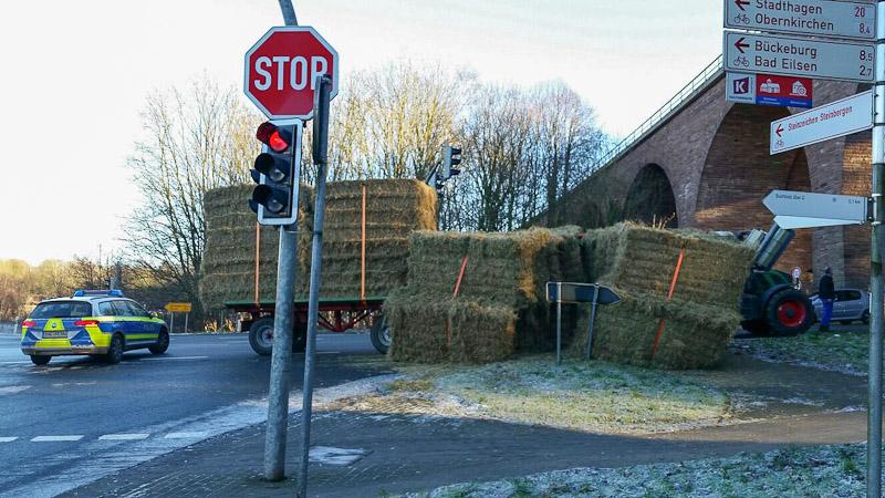 01-rintelnaktuell-polizeieinsatz-heuwagen-traktor-steinbergen-kreuzung-buchholz-umgekippt-30-12-16