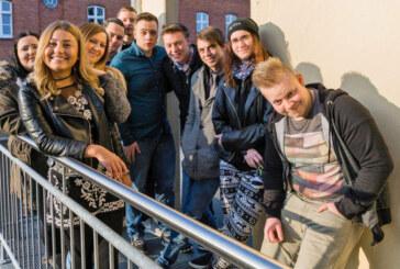 Erfolgreich bestanden: Zehn junge Leute freuen sich über ihren Realschulabschluss bei der VHS
