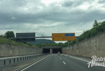 Funken sprühend und schwer beschädigt durch den Weserauentunnel