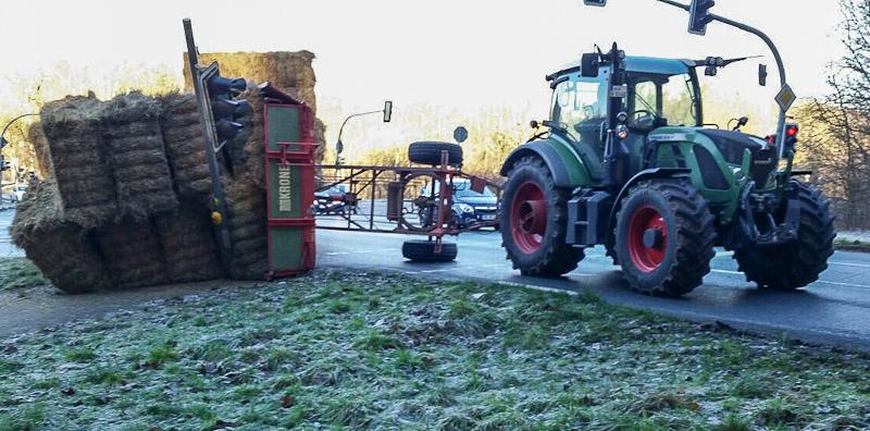 02-rintelnaktuell-polizeieinsatz-heuwagen-traktor-steinbergen-kreuzung-buchholz-umgekippt-30-12-16