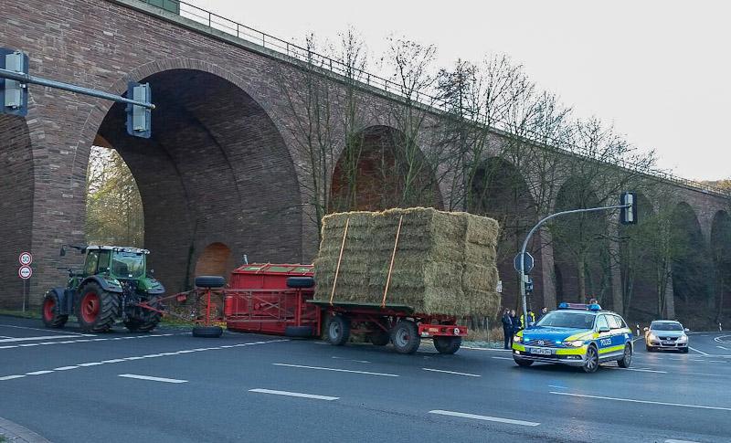 03-rintelnaktuell-polizeieinsatz-heuwagen-traktor-steinbergen-kreuzung-buchholz-umgekippt-30-12-16