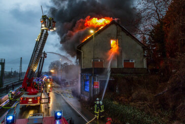 Hagel und Sturm erschweren Löscharbeiten bei Hausbrand in Porta: Eine Person gerettet