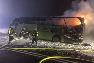 A2 bei Bad Eilsen: Reisebus in Flammen