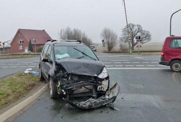 Bei Eisbergen: VW Bulli und Ford stoßen zusammen, eine Verletzte