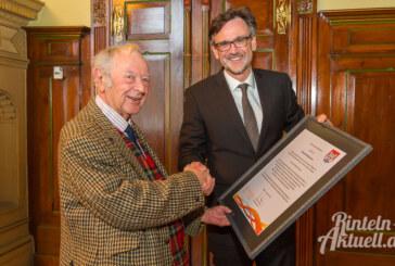 """""""Motor der Städtepartnerschaft"""" zwischen Kendal und Rinteln: Mike Middleton nimmt Ehrung des Bürgermeisters entgegen"""