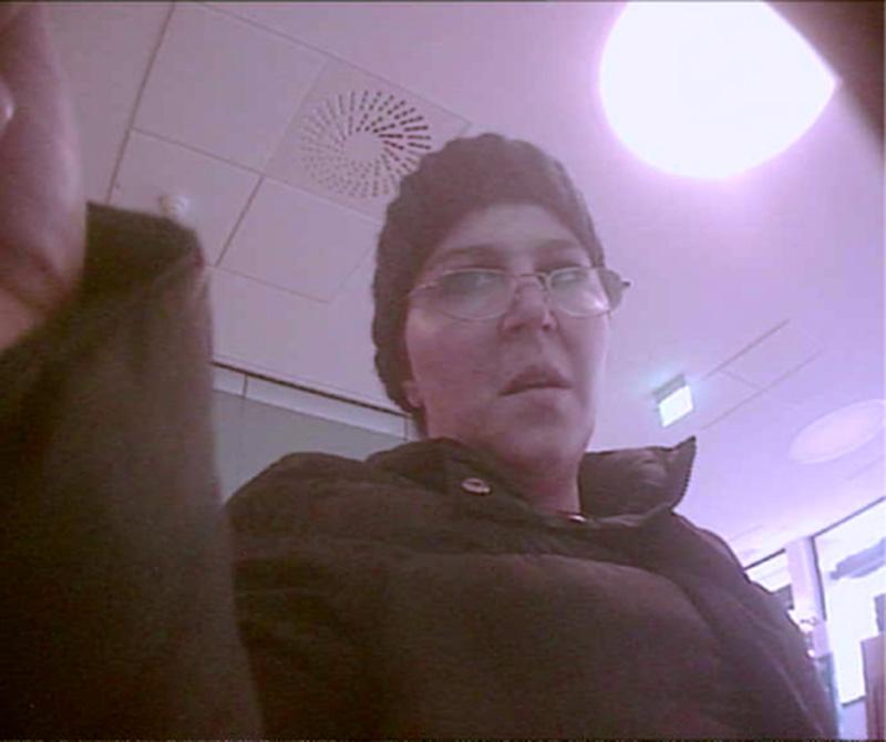 Die Polizei sucht diese unbekannte Frau (Foto: Polizei)