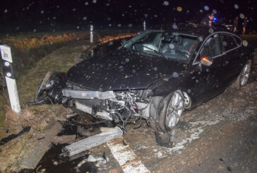 Audi S7 rammt Findling im Kreisverkehr: Fahrer (63) unverletzt, Auto Schrott