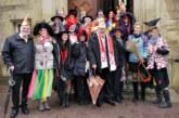 """Karnevalisten begrüßen """"Rasenden Cellulitis Verband"""" mit Hexeninvasion im Rintelner Rathaus"""