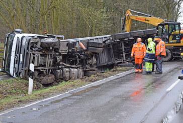 L 372: LKW mit heißem Asphalt auf Landstraße umgekippt