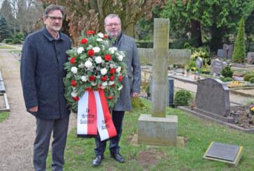 Kranzniederlegung am Seetorfriedhof: Rinteln gedenkt Carl Wilhelm Wippermann