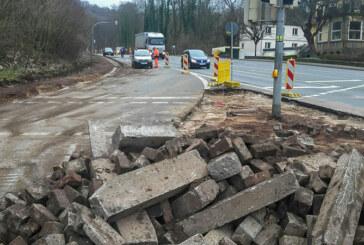 Bagger bahnen sich ihren Weg durch Kreuzung in Steinbergen: Großbaustelle nimmt Formen an