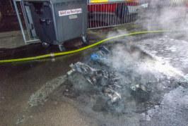 Eisbergen: Schulhof verwüstet, Papiercontainer in Brand gesteckt