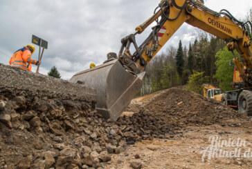 Steinbergen: Stromleitung unter der Fahrbahn gefunden / roter Sandstein für Gabionenwände