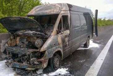 Auetal: Mercedes Lieferwagen brennt auf der A2 aus