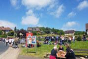 Torten und Würstchen als Renner in Wennenkamp: Hunderte Besucher bei Vatertagsparty am Feuerwehrhaus