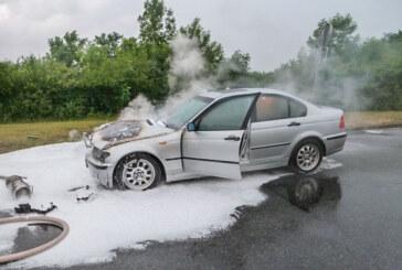 A2: Feuerwehr löscht brennenden BMW auf Raststätte Auetal