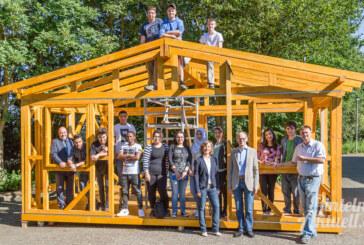 High-Tech in Holz: Das neue Mehrgenerationenhäuschen nimmt Form an