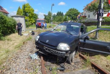 Bei Rot auf den Bahnübergang: Schienenbus rammt Auto