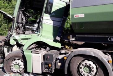 A2 bei Rehren: LKW auf Stauende aufgefahren, Fahrer (32) schwer verletzt