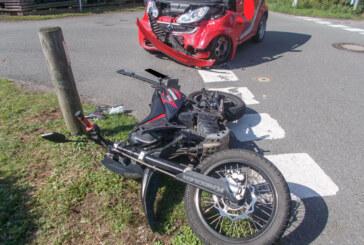 Krad gegen Auto: Rintelner (17) und Beifahrerin (15) bei Unfall schwer verletzt