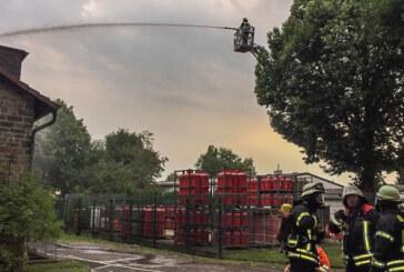 Dachstuhlbrand im Bahnhofsweg: Feuerwehren Rinteln und Todenmann proben den Ernstfall
