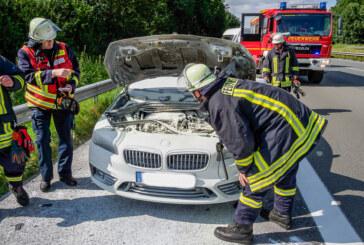 Einsatz auf der A2: BMW in Flammen, Polizei löscht Fahrzeugbrand