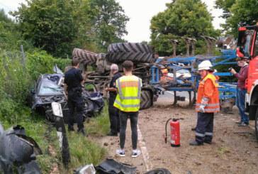 Nach Frontalkollision mit Audi: Traktor kippt auf die Seite