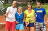 """Junge Spieler mit """"alten Hasen"""" beim Tennisturnier"""