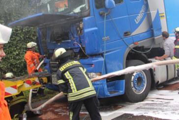 A2: Feuerwehren löschen LKW-Brand bei Bad Eilsen / Gaffer bremsen und knipsen