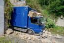 Porta: Torbogen stürzt auf LKW