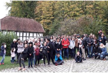 Kulturaustausch zum Anfassen gemeinsam erleben: Ehrenamtliche und Geflüchtete aus Rinteln besuchen das Freilichtmuseum Detmold