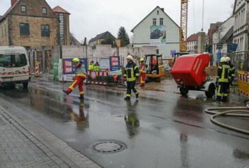 Bückeburg: Bagger beschädigt Gasleitung / Großeinsatz der Feuerwehren