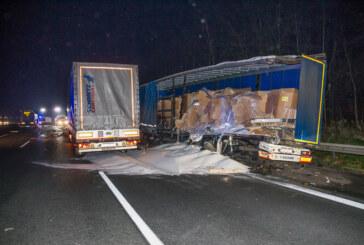 LKW-Unfall auf A2 bei Veltheim: Gefahrgut-Laster bei Zusammenstoß aufgeschlitzt