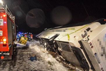 Schnee und Glätte im Auetal: Reisebus mit 47 Passagieren umgekippt