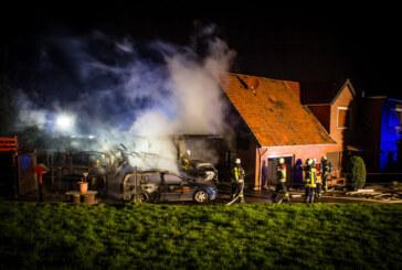 Krankenhagen: Autos und Carport in Flammen