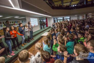 """""""We Are The World"""": 1.100 Schüler singen zum Abschied für Hausmeister und Schulleiter"""