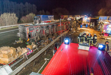 A2 bei Porta: LKW durchbricht nach Unfall Leitplanke und kippt zur Seite