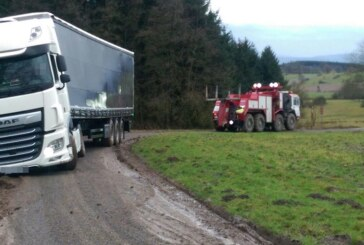 Goldbeck: Matsch statt Windkraft – LKW steckt im Schlamm fest