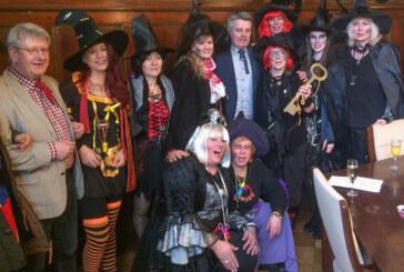 Hexen erobern das Rathaus: Zahllose Krawatten fallen Stahlklingen zum Opfer