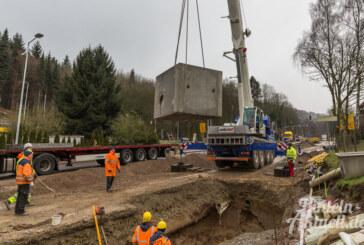 11 Tonnen schwerer Betonwürfel in Steinberger Kreuzung eingebaut