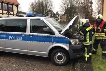 Rauchentwicklung an Polizei-Bulli: Feuerwehr Rinteln löscht