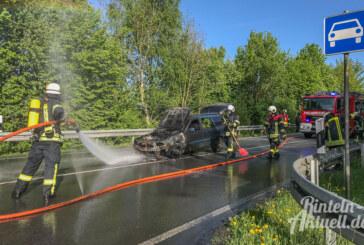 Rinteln-Nord: Auto gerät auf Bundesstraßen-Abfahrt in Brand