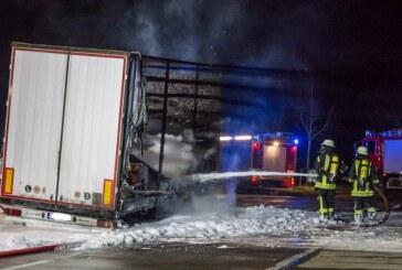 Bei Veltheim: LKW-Anhänger auf A2-Rastplatz in Flammen