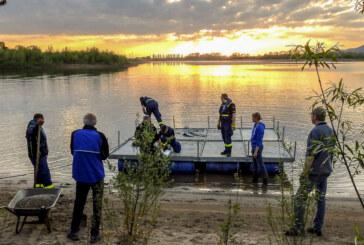 Bereit für den Einzug der Flussseeschwalben: NABU und THW setzen Brutfloß instand