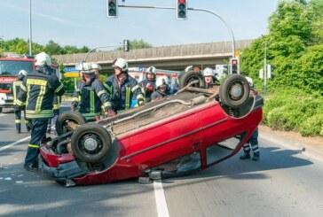 Unfall auf der Konrad-Adenauer-Straße: PKW landet auf Dach